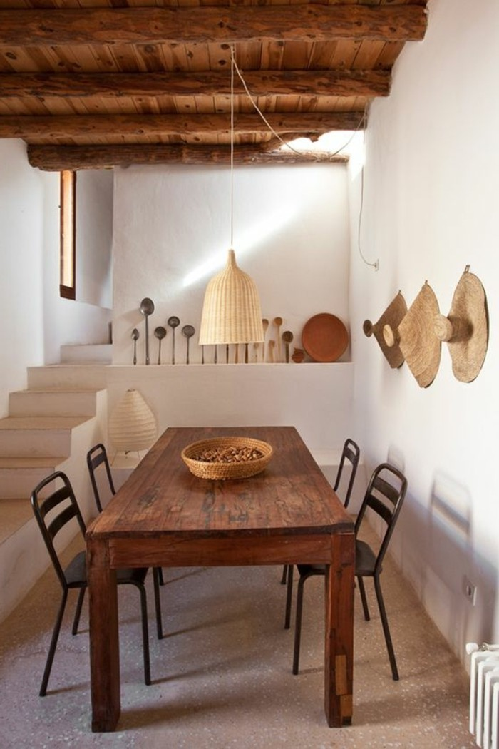 immobilier-espagne-bord-de-mer-bois-table-chaise-lampe-haut
