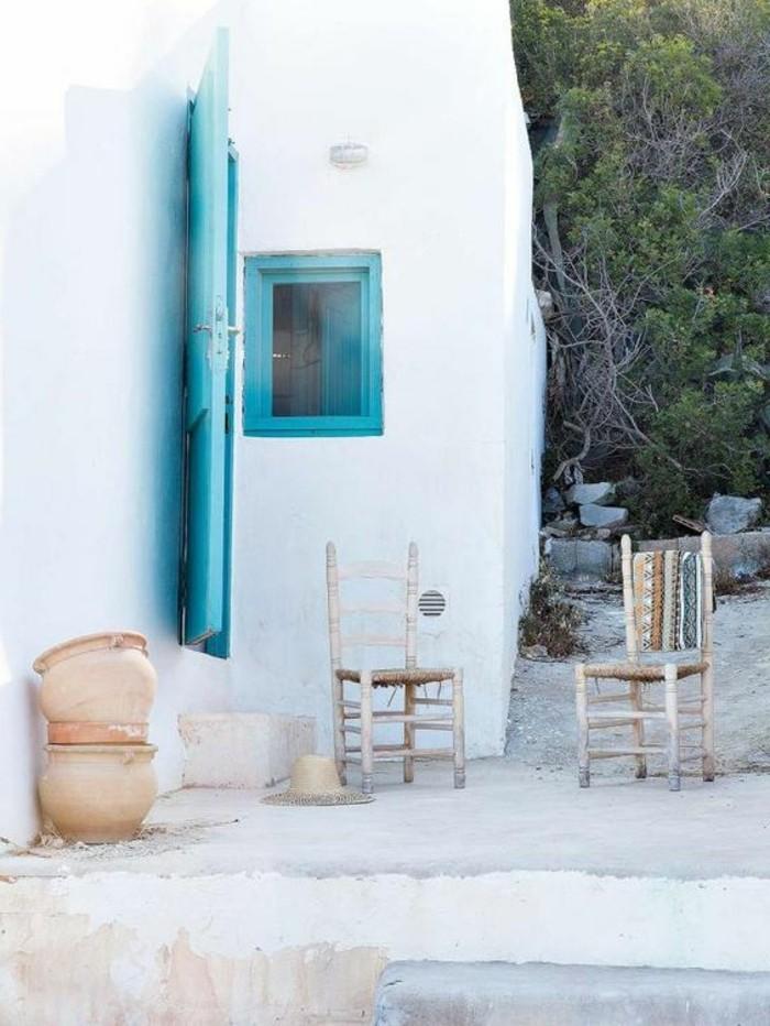 immobilier-espagne-bord-de-mer-details-bleu-blanc-mur-dehor-chaises