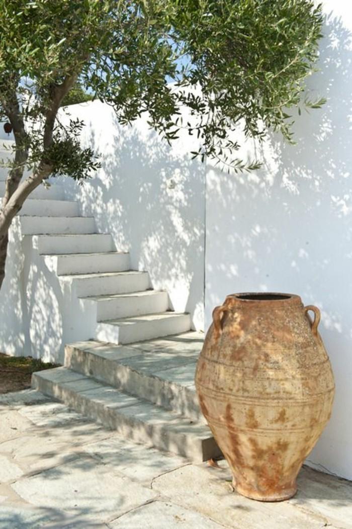 immobilier-espagne-bord-de-mer-vase-grand-vert-mur-blanc