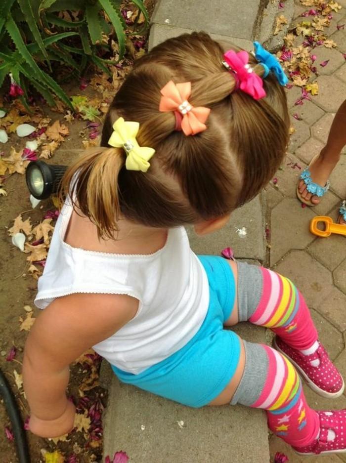 interessante-idee-de-coiffure-bebe-avec-des-noeuds-de-differentes-couleurs