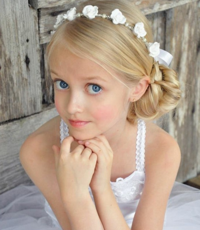 joli-chignon-petite-fille-et-couronne-de-fleurs-blanches-tres-elegante-la-tenue-parfaite-pour-une-communion
