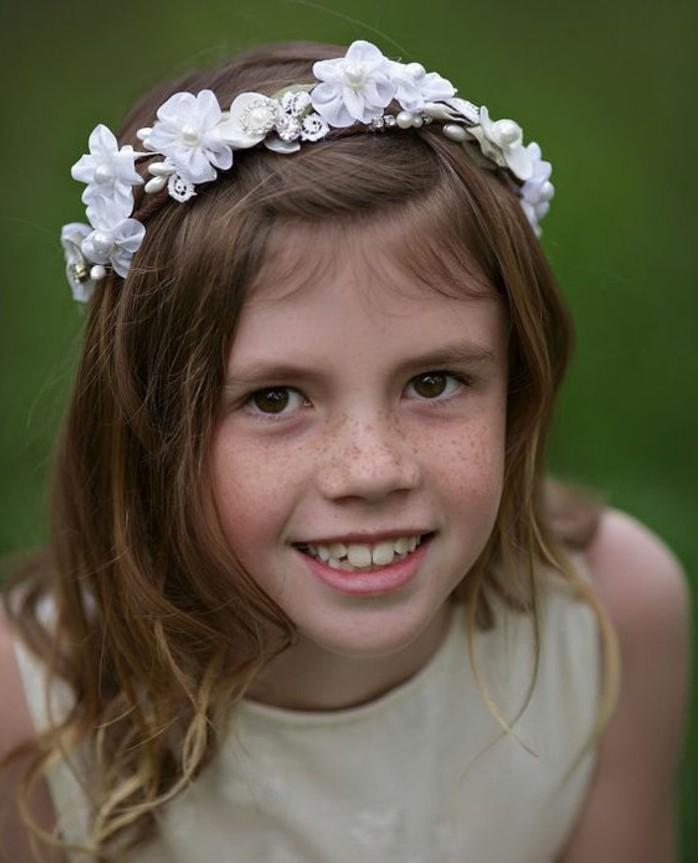 jolie-coiffure-communion-cheveux-laches-pares-d-un-magnifique-accessoire-blanc