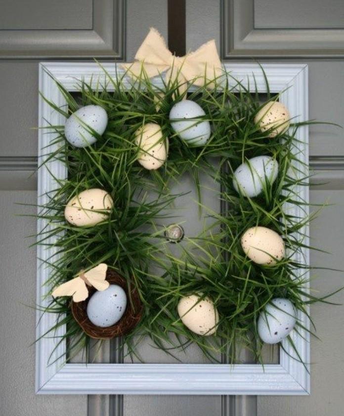 jolie-couronne-de-paques-composee-d-herbe-et-d-oeufs-idee-deco-parfaite-pour-votre-porte-d-entree