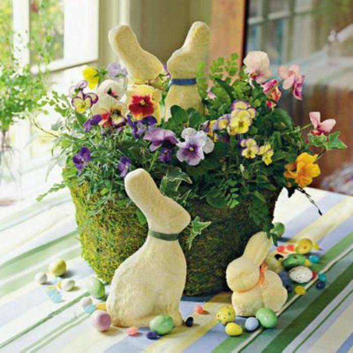 jolie-decoration-florale-et-petites-figurines-de-lapins-la-parfaite-deco-de-paques