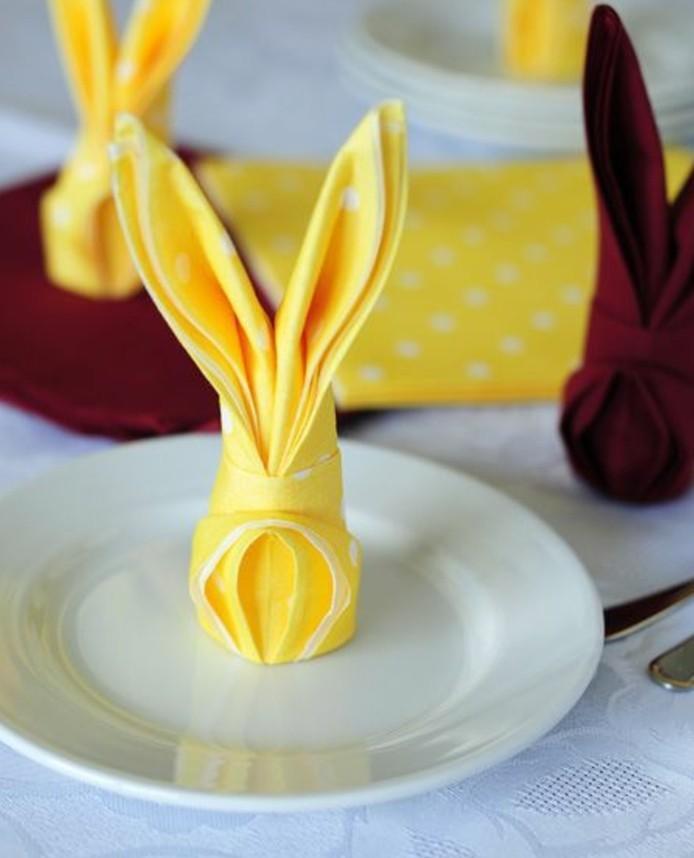 joli-pliage-de-serviette-dans-la-forme-de-lapin-suggestion-tres-sympa-pour-votre-deco-table-paques