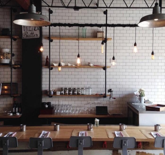 la-cuisine-industrielle-ideale-mur-carrelage-blanc-table-en-bois-et-chaises-industrielles-en-metal-etageres-industrielles