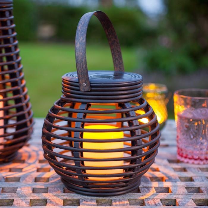 lanterne-solaire-pour-eclairage-exterieur-jardin