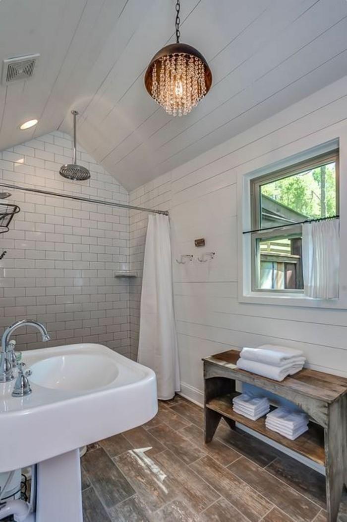 lavabo-colonne-blanc-sol-imitation-bois-plafonnier-salle-de-bain