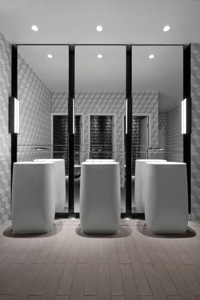 lavabo-colonne-trois-vasques-colonnes-pres-dun-miroir-triple