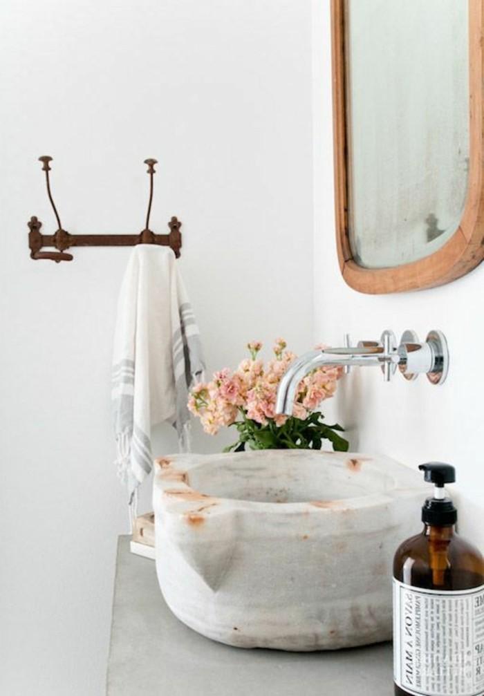 lavabo-en-pierre-blanche-miroir-dore-et-interieur-blanc