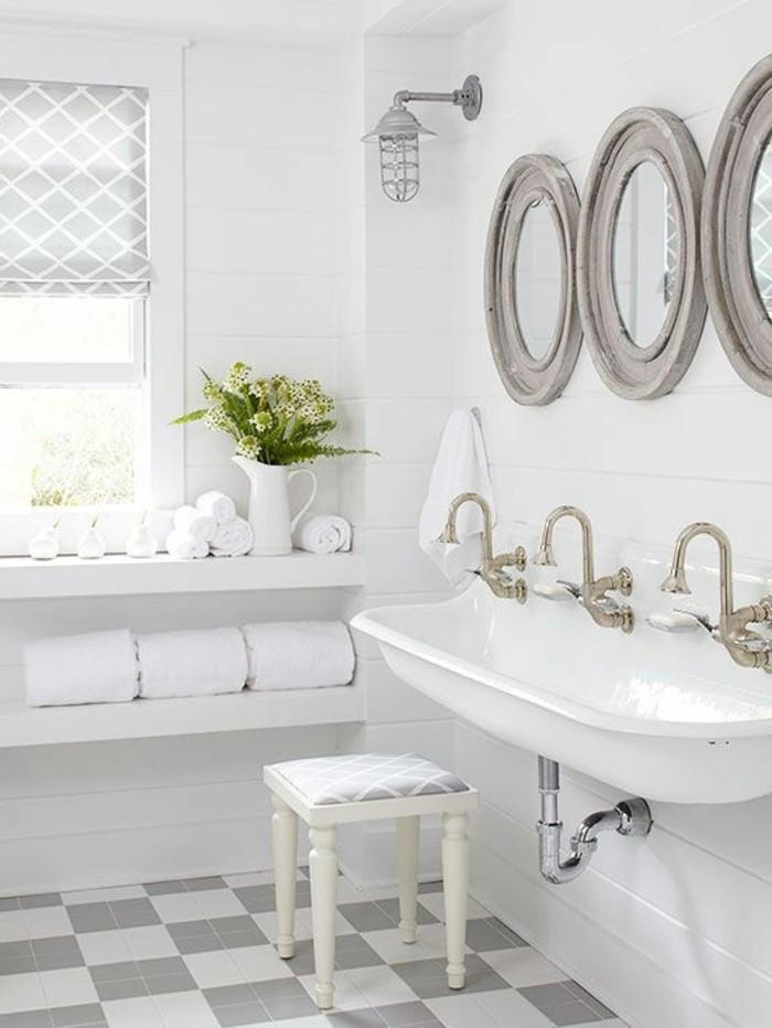 lavabo-retro-blanc-trois-miroirs-ronds-carrelage-en-gris-et-blanc