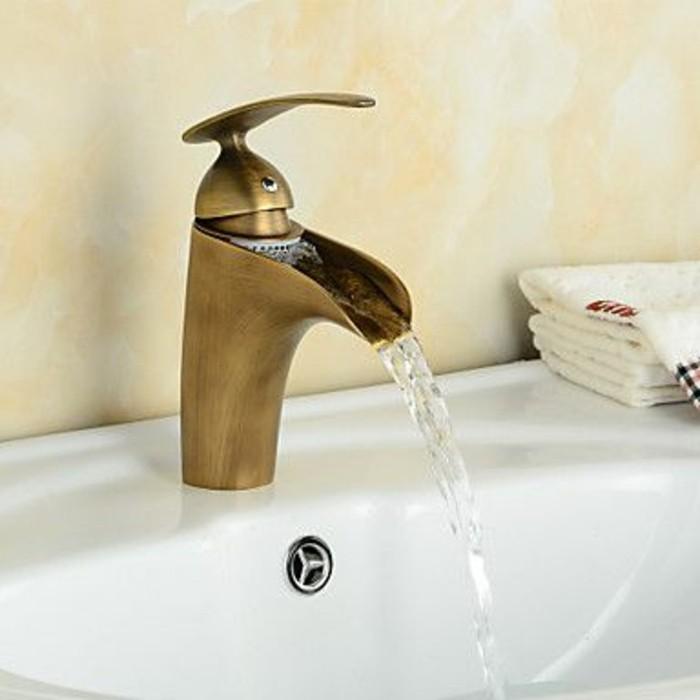 lavabo-retro-ceramique-blanche-melangeur-vintage