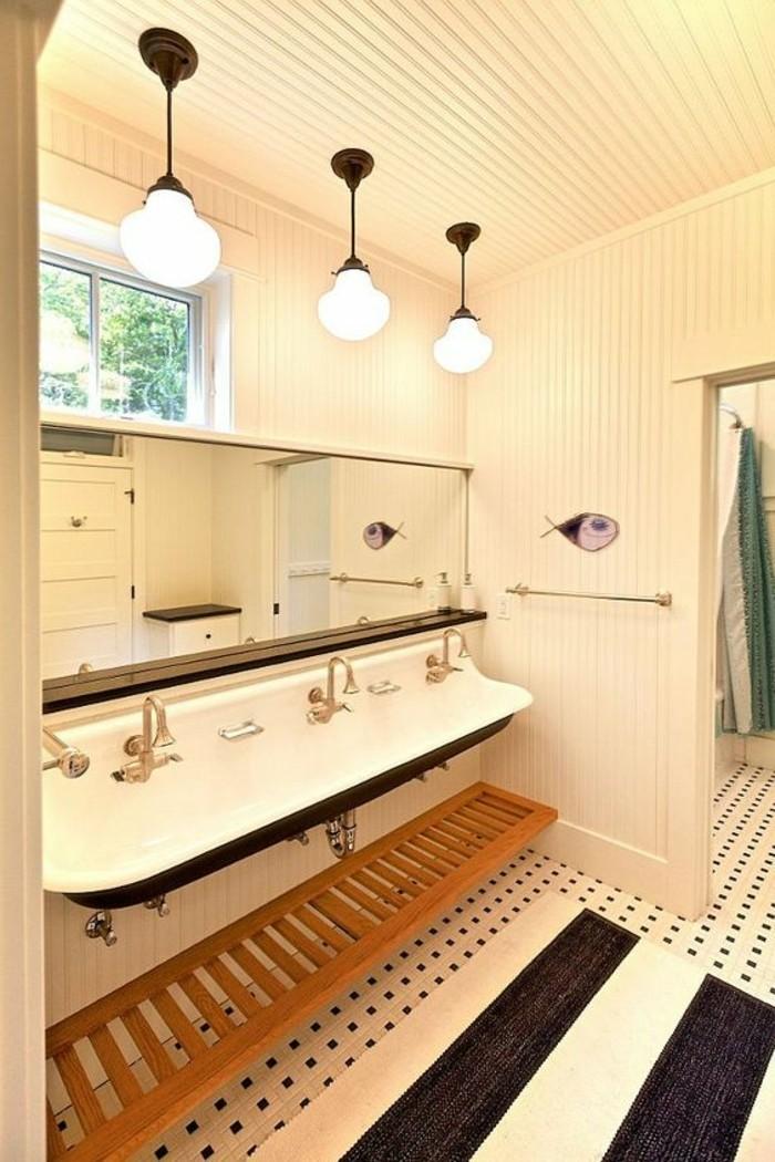 lavabo-retro-carrelage-couleur-creme-lavabo-long-et-trois-lampes-miroir-long