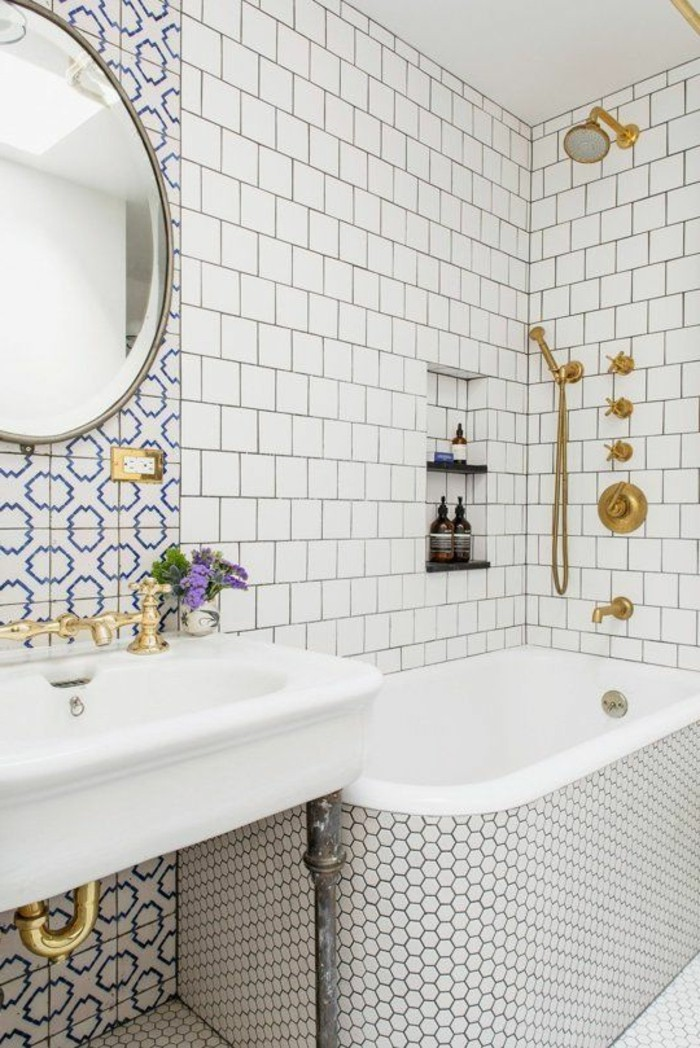 lavabo-retro-salle-de-bain-en-teintes-claires-miroir-rond
