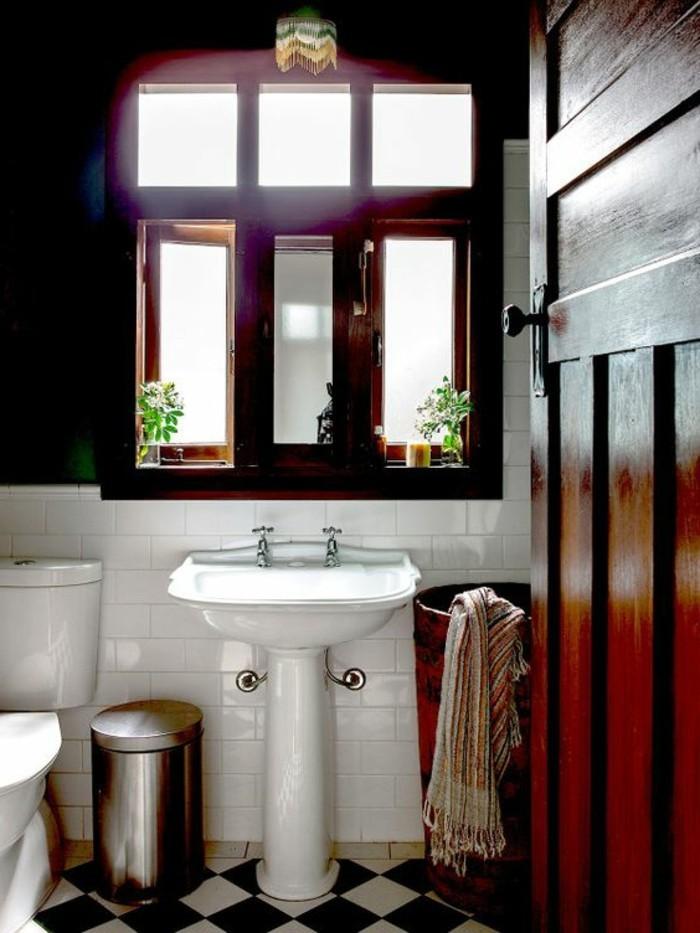 lavabo-retro-salle-e-bain-originale-et-carrelage-sol-damier