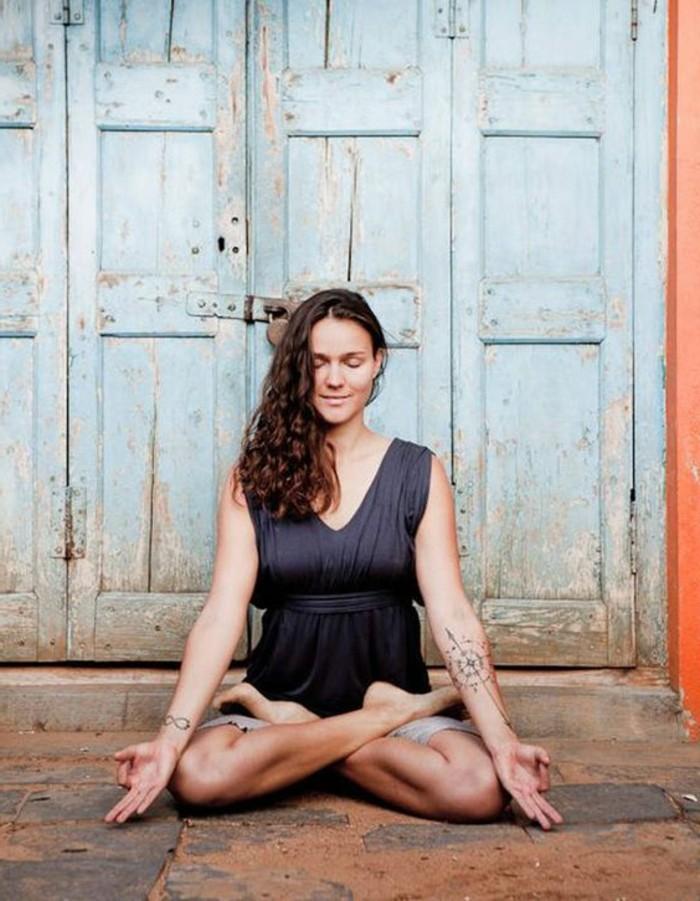 les-bienfaits-du-yoga-demi-lotus-pour-mediter-et-reflechir