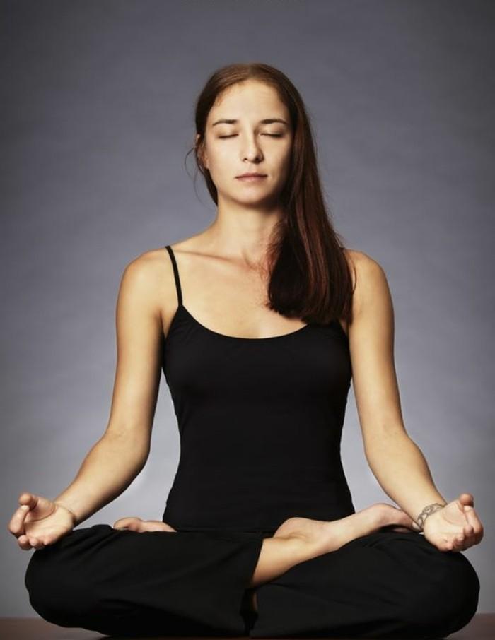 les-bienfaits-du-yoga-posture-assise-equilibre-mental