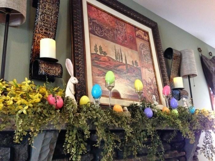 magnifique-decoration-sur-le-theme-paques-pour-votre-cheminee-vegetation-abomdante-et-petites-figurines