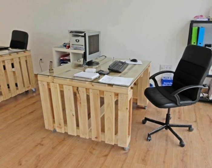 magnifique-bureau-en-palette-bois-clair-modele-meuble-en-palette-a-roulettes