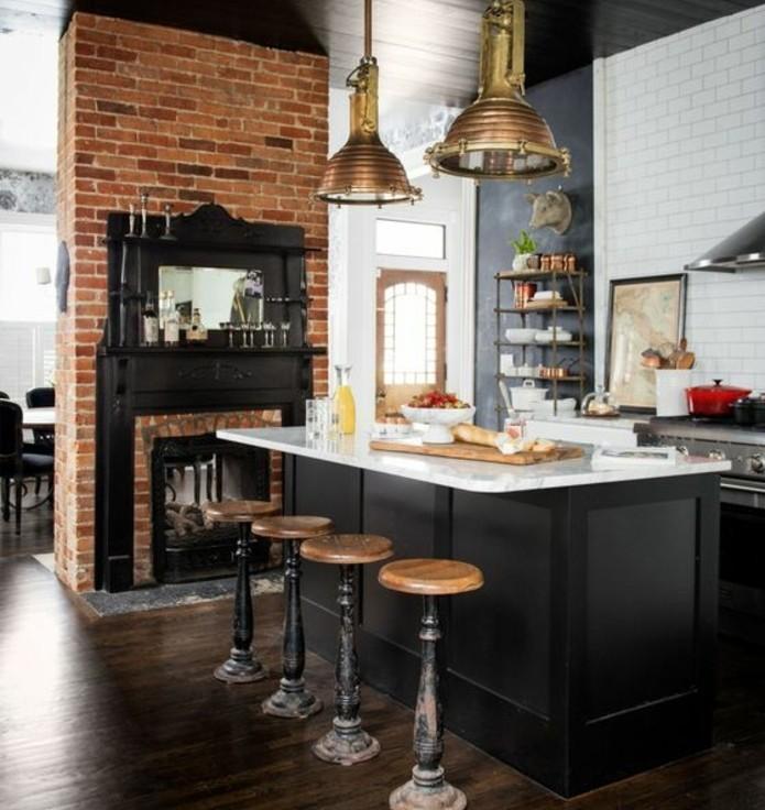 magnifique-cheminee-en-brique-ilot-cuisine-noir-pan-de-mur-noir-carrelage-mur-blanc-tabourets-industriels-et-suspensions-style-loft-industriel