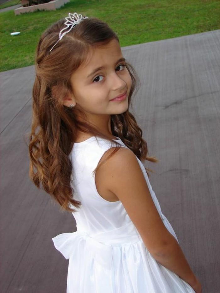 magnifique-coiffure-communion-tres-simple-et-elegant-cheveux-boucles-et-diademe
