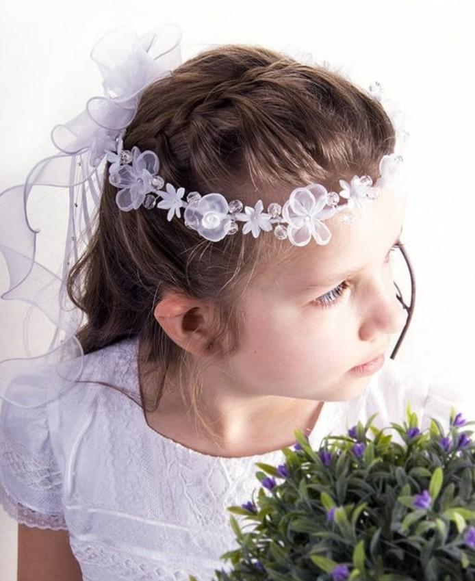 magnifique-coiffure-natte-pour-cette-communiante-couronne-de-fleurs-blanches-et-voile