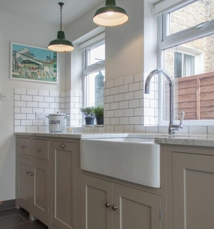 magnifique-cuisine-blanche-et-gris-idee-magnifique-meuble-cuisine-couleur-taupe-carrelage-blanc