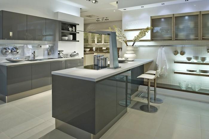 magnifique-cuisine-blanche-et-grise-ilot-et-facade-cuisine-couleur-anthracite-plan-de-travail-et-credence-blanches-peinture-cuisine-blanche-cuisine-ambiance-zen