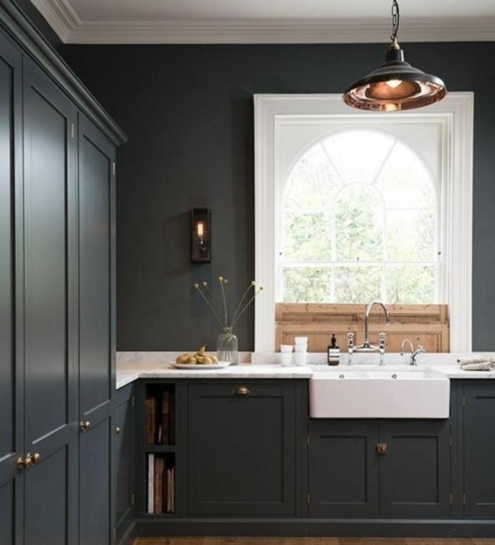 magnifique-cuisine-blanche-et-grise-meuble-cuisine-couleur-anthracite-evier-et-plan-de-traval-blancs-stratifie-maison-style-victorien