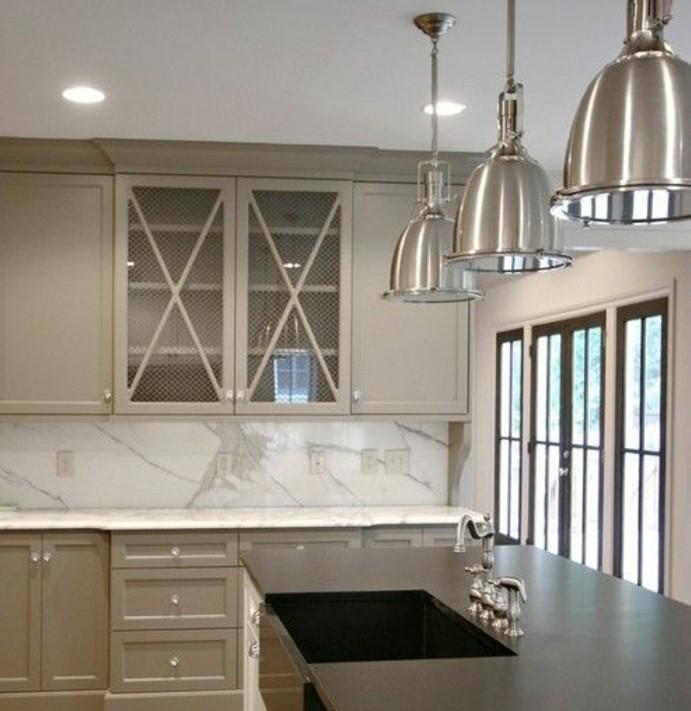 magnifique-cuisine-taupe-tres-moderne-inspiration-industrielle-meuble-de-cuisine-taupe-plan-de-travail-en-marbre-design-sobre-et-elegant
