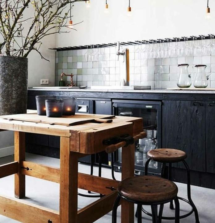 magnifique-deco-loft-industriel-meuble-cuisine-noir-table-en-bois-brut-credence-en-carrelage-vert