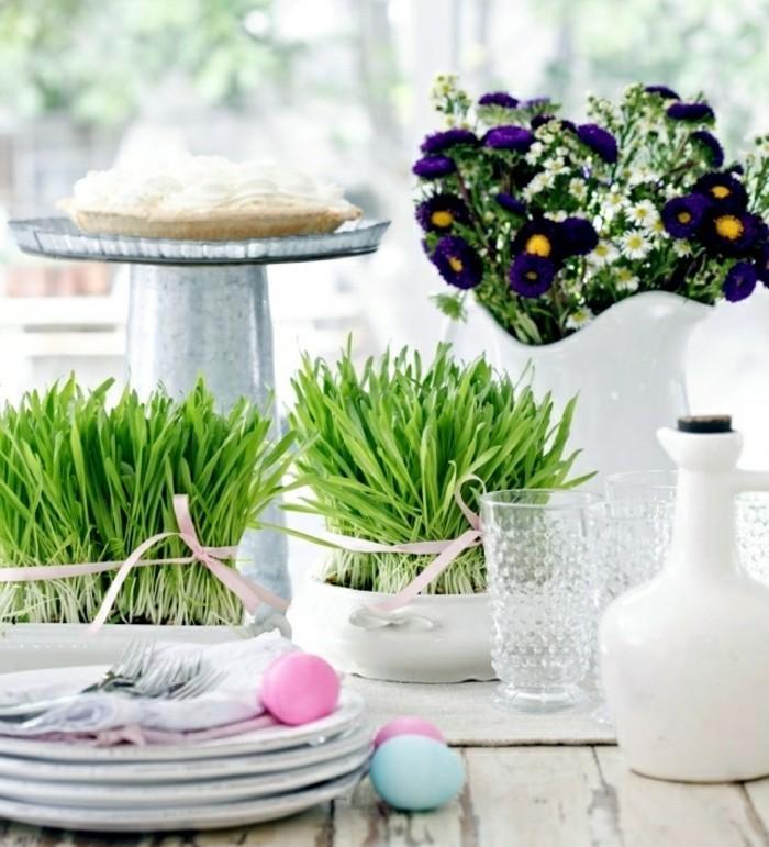magnifique-deco-paques-aux-lignes-epurees-herbe-decorative-bouquet-de-fleurs-aromatiques-vaisselle-blanche-table-rustique