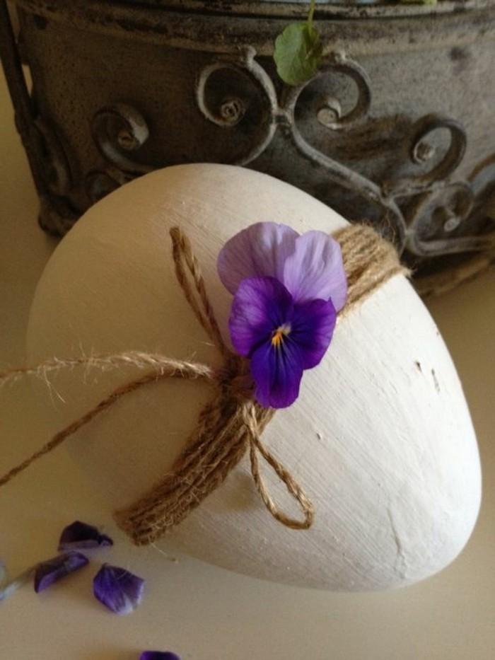 magnifique-deco-paques-oeuf-joliment-decore-avec-une-jolie-violette