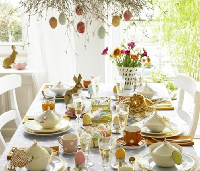 magnifique-deco-table-paques-qui-surcharge-d-elements-decoratifs-fleurs-lapins-attention-aux-petits-details