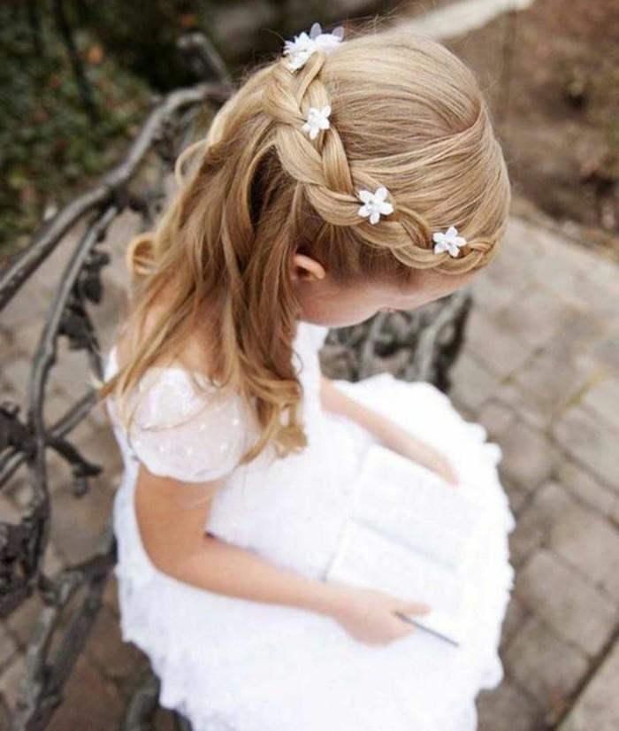magnifique-idee-coiffure-communion-pour-une-petite-fille-jolie-tresse-paree-de-petites-fleurs-blanches