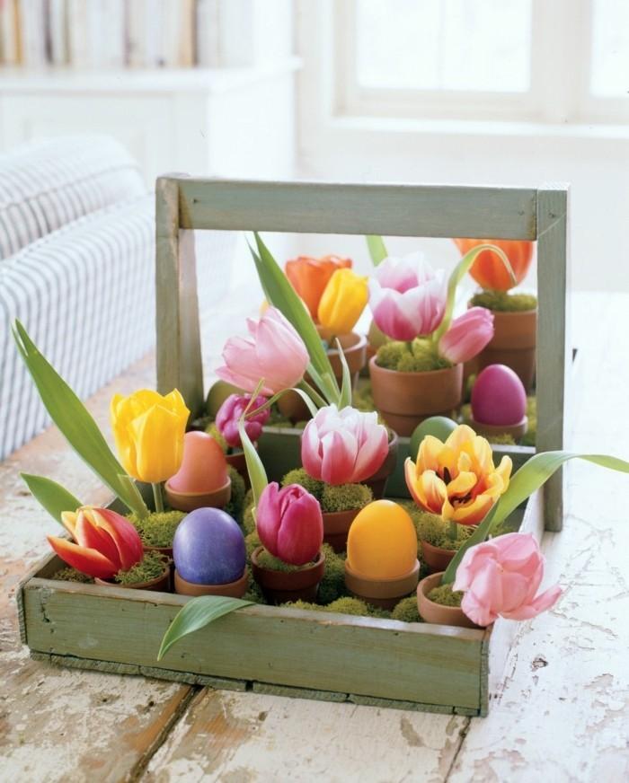 magnifique-suggesgion-deco-de-paques-style-rustique-fleurs-et-oeufs-colores-dans-un-coffre-vintage