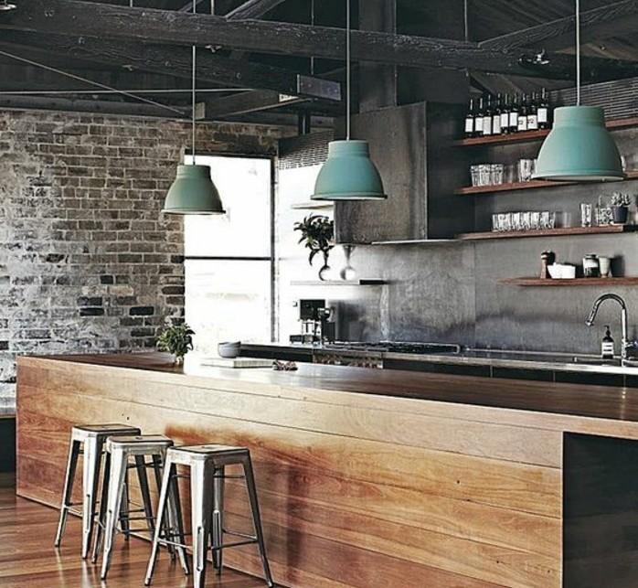 magnifiue-cuisine-industrielle-mur-en-briques-poutres-en-bois-ilot-cuisine-en-bois-tabourets-en-metal-et-suspensions-loft