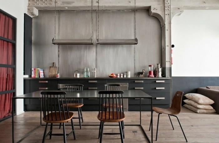 meuble-cuisine-anthracite-couleur-mur-en-blanc-et-gris-beaucoup-d-elements-deco-metalliques-table-en-metal-noire-chaises-industrielles-en-bois-et-metal