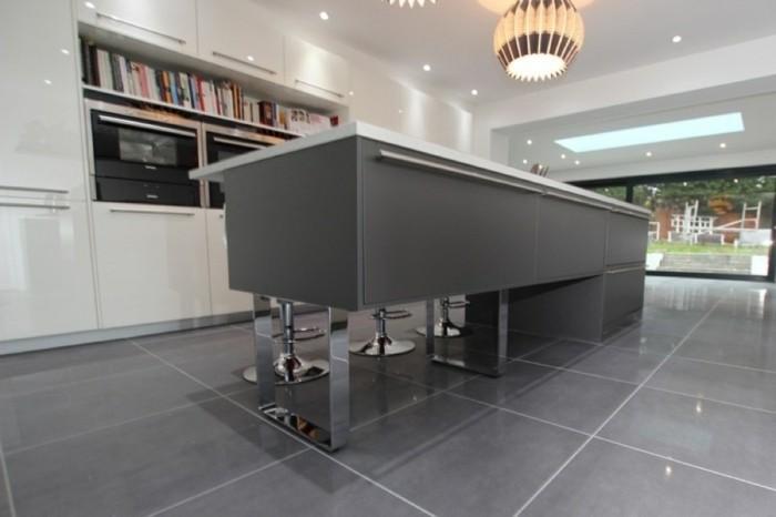 meuble-cuisine-blanc-ilot-de-cuisine-gris-anthracite-et-carrelage-gris-cuisine-tendance