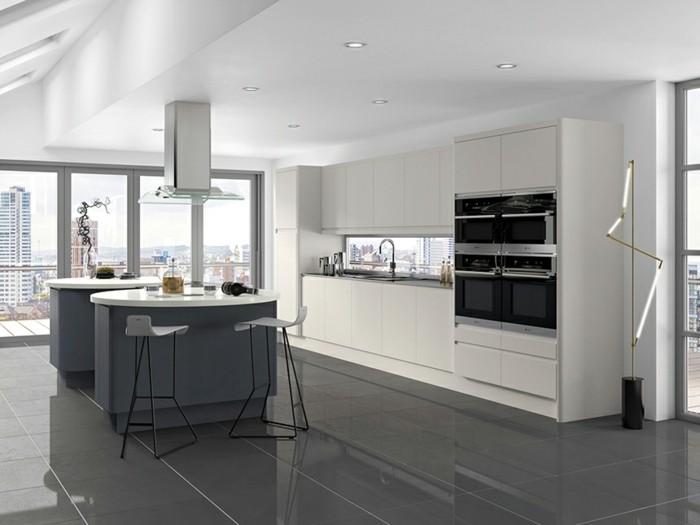 meuble-cuisine-blanc-ilots-de-cuisine-et-carrelage-couleur-anthracite-cuisine-contemporaine-tres-spacieuse