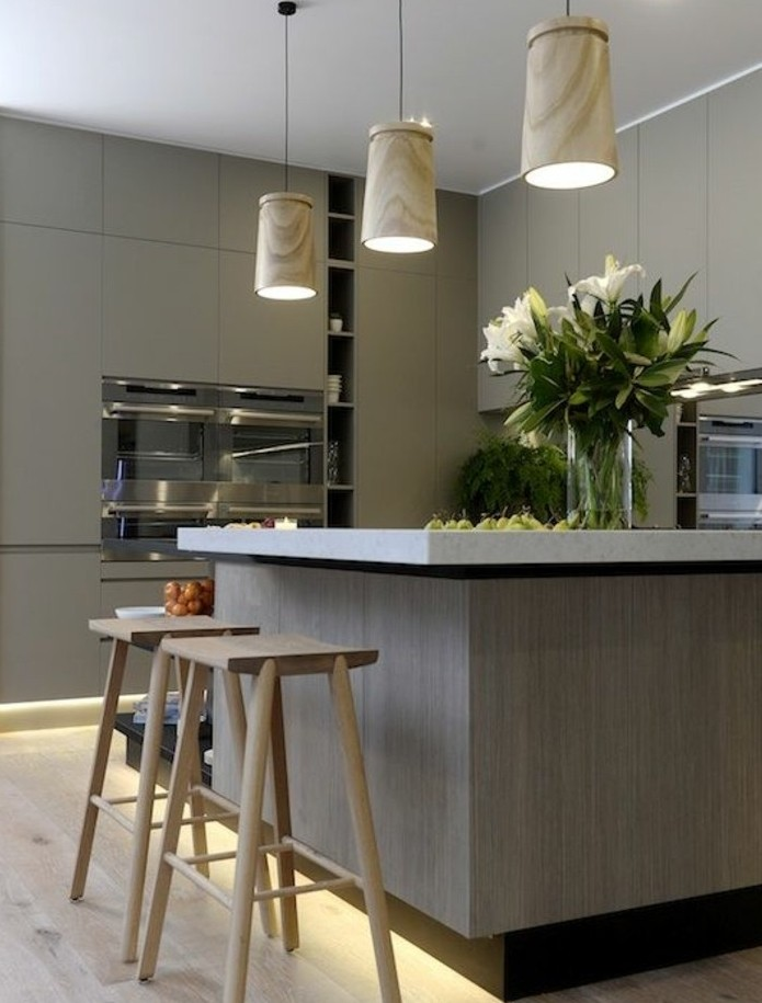 meuble-cuisine-couleur-gris-taupe-joli-ilot-de-cuisine-et-suspensions-design-interessant-cuisine-charmante-style-raffine