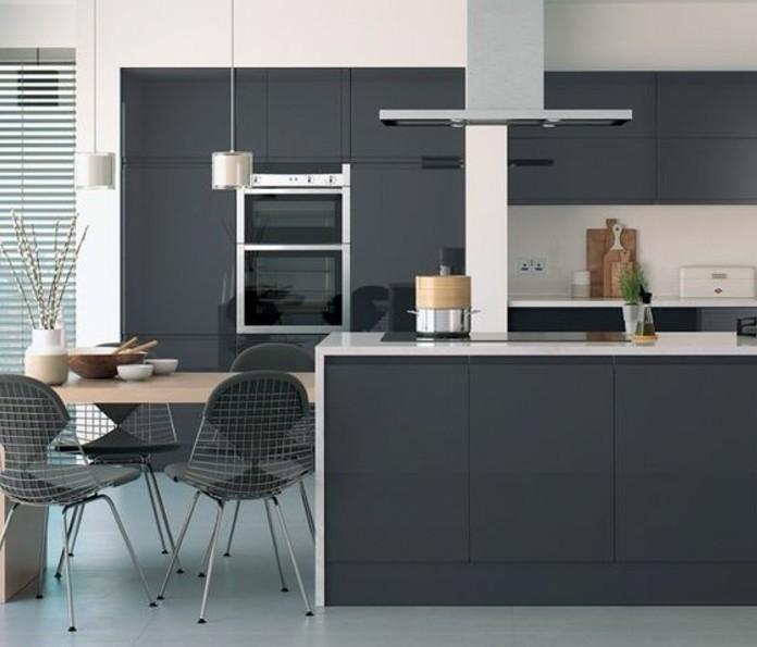 meuble-cuisine-et-ilot-cuisine-couleur-anthracite-plan-de-travail-et-credence-blancs-coin-repas-sympathique