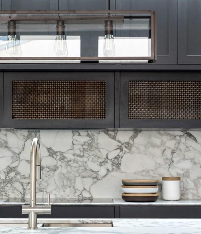 meuble-cuisine-gris-anthracite-plan-de-travail-et-credence-en-marbre-elegance-et-simplicite