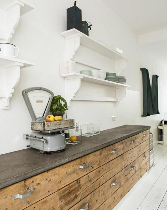 meuble-cuisine-industriel-avec-des-tiroir-en-bois-plan-de-travail-gris-elegantes-etageres-blanches-et-couleur-mur-blanche