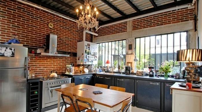 meuble-industriel-couleur-anthracite-style-personnalise-mur-en-briques-industriel-table-et-chaises-en-bois-lustre-elegant