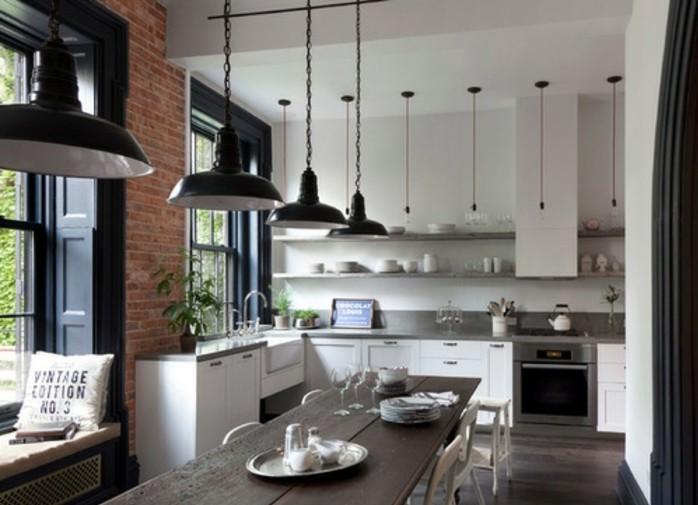 meuble-indutriel-blanc-tres-elegant-mur-en-briques-table-et-chaises-en-bois-suspensions-industrielles-esprit-idustriel-elegant