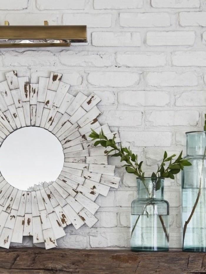 miroir-original-miroir-design-sur-un-mur-briques-blanches