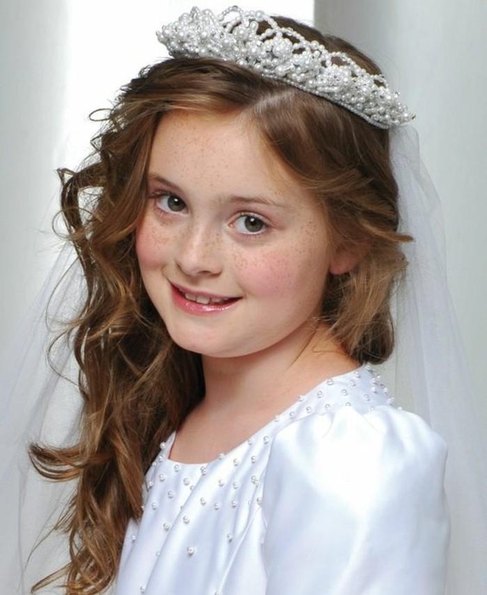 modele-coiffure-communion-elegante-cheveux-boucles-et-jolie-couronne