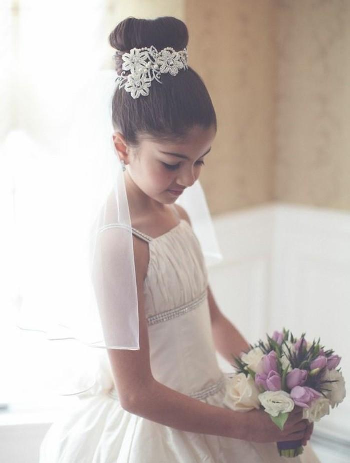 modele-de-chignon-petite-fille-superbe-accessoire-pour-cheveux-fleurs-blanches-une-petite-princesse