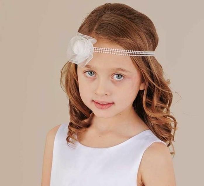 modele-de-coiffure-tres-simple-a-realiser-avec-un-bandeau-de-tete-de-perles-et-une-fleur-blanche-charmant